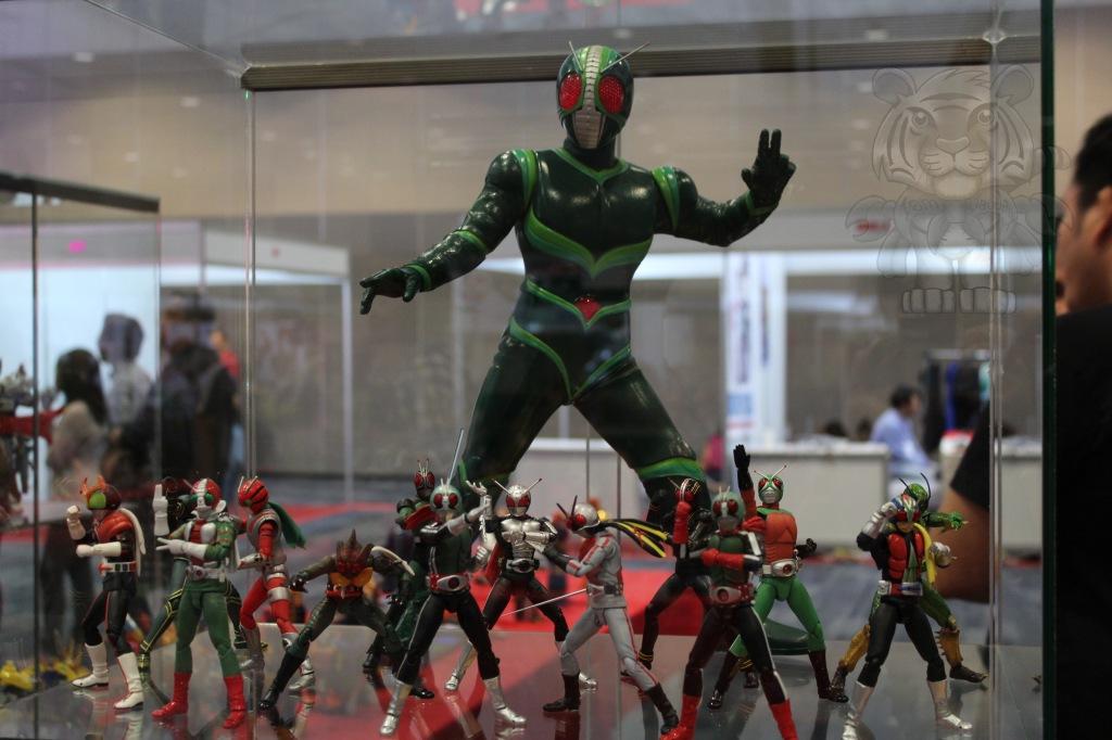 Kamen Riders with the giant Kamen Rider J