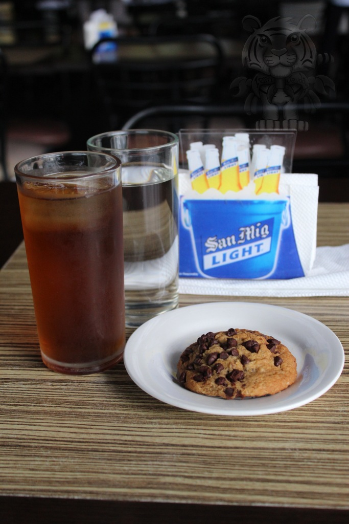 While your waiting for your order, you'll be served with drinks and a chocolate chip cookie.