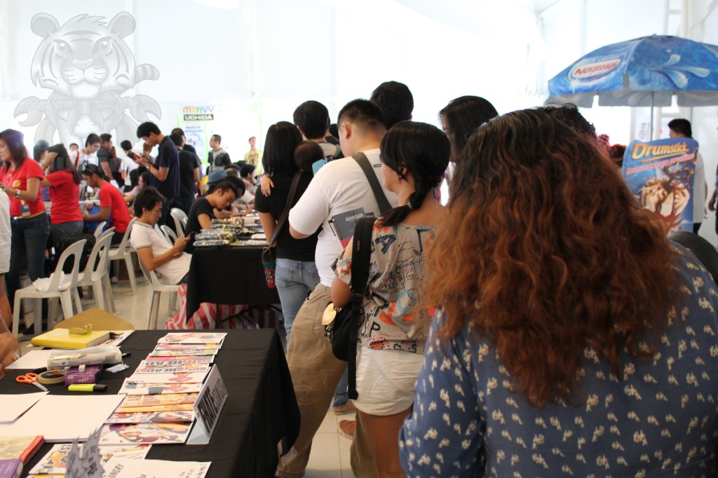 A long line to Manix Abrera's table for autograph signing.