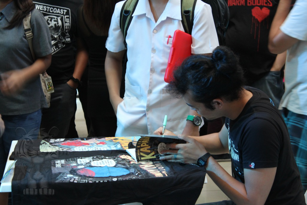 Manix Abrera as he signs autographs for his fans.